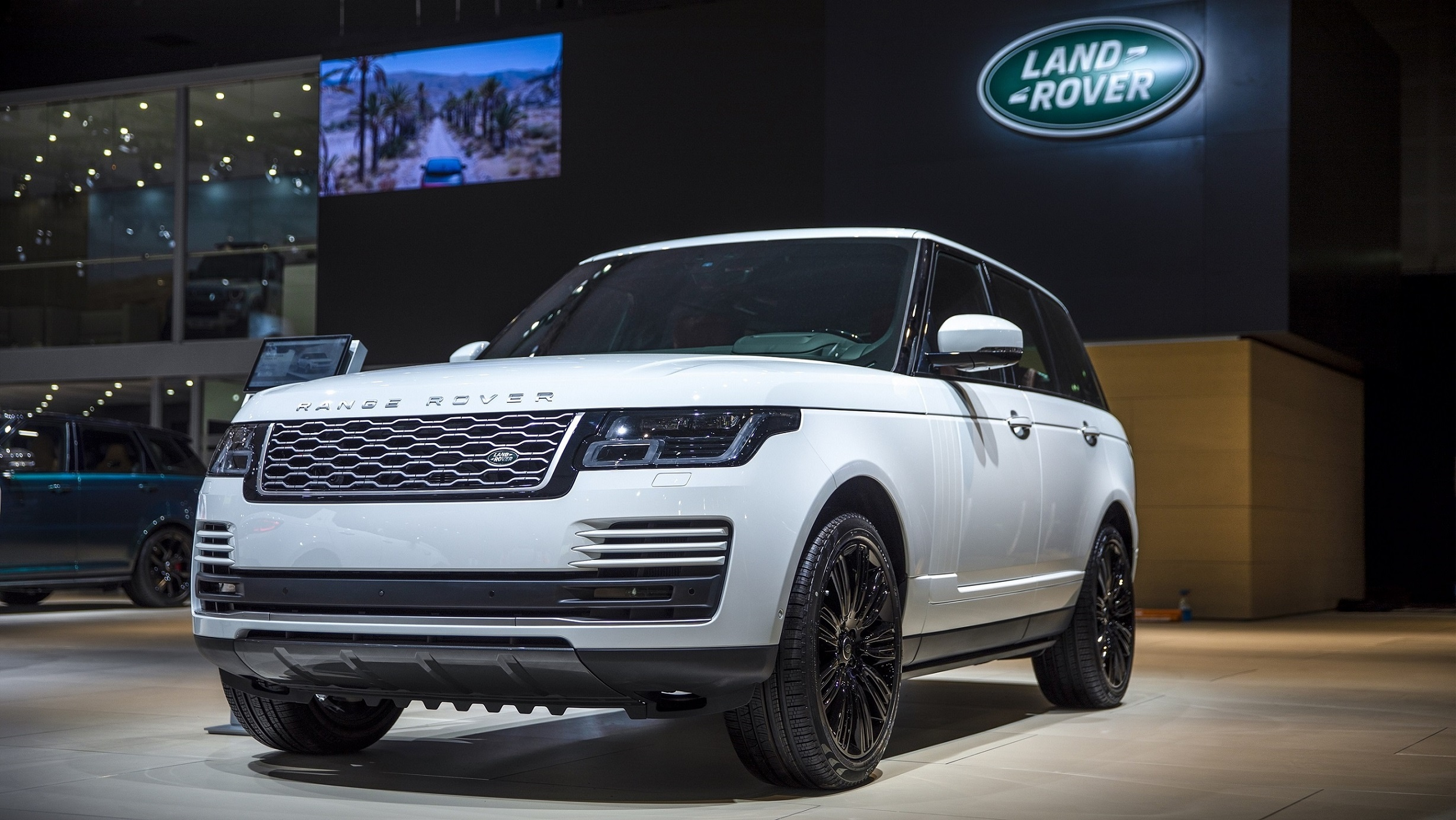 Land Rover Debuts New Range Rover at Dubai International Motor Show