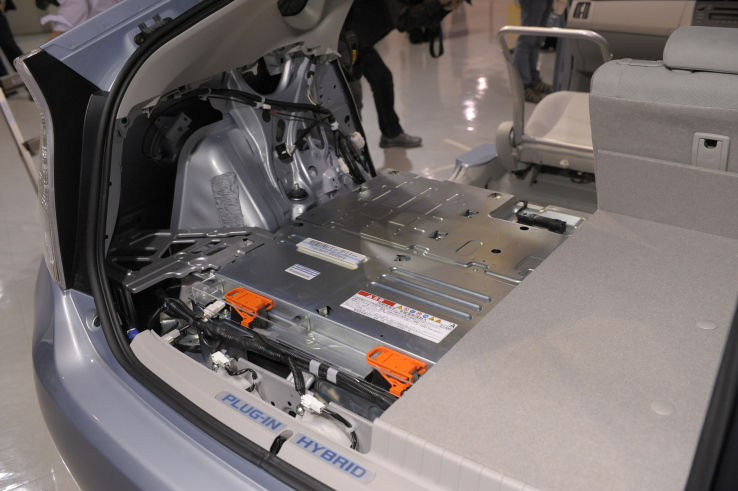 Toyota Planning to Use Solid-state Battery in Cars by 2020