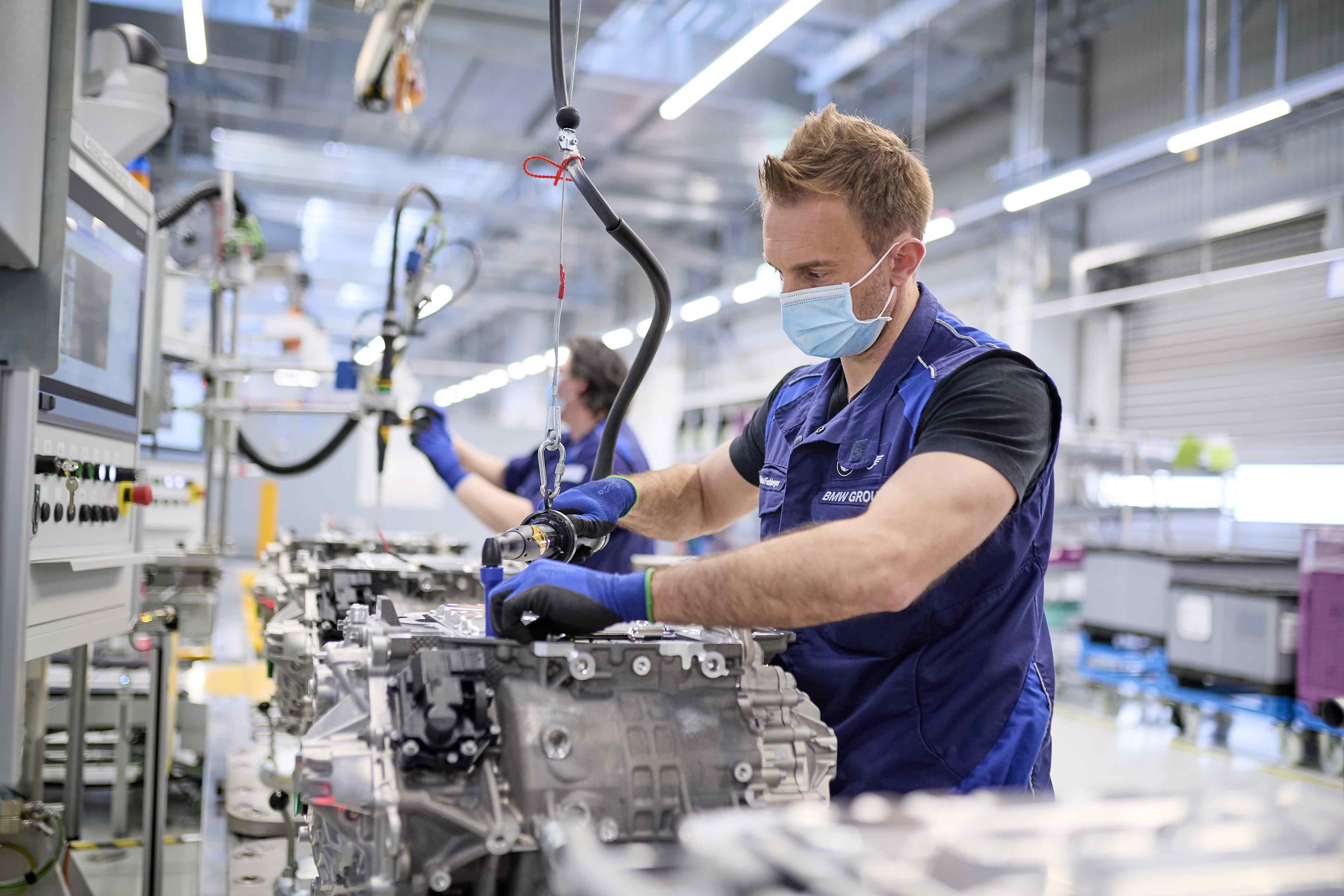 E-drive train production for the fully-electric models BMW iX and BMW i4 begins